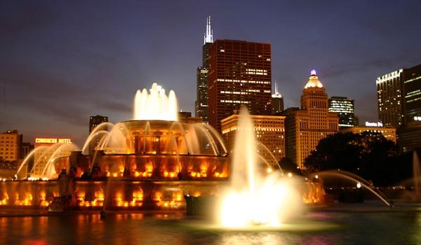 Buckingham_Fountain_in_Chicago_at_night