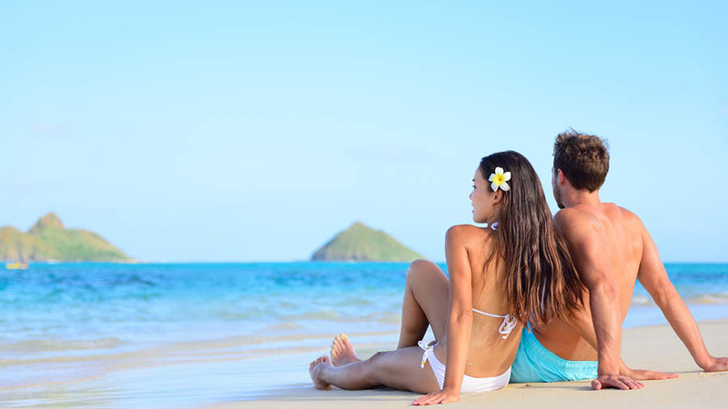 couple trip to the beach summer date
